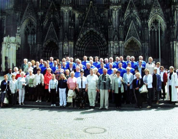 Pam Ayres outside the Cologne Cathedral with the Gentleman Songsters